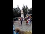 детский сад танцует вальс,под песню ах эти тучи в голубом