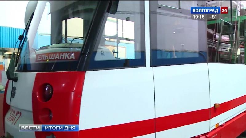 В Волгограде новые трамваи устанавливают на рельсы