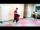 Тренировка по Ушу. Отработка боевой техники. Удар голенью по ногам и боковой удар в голову