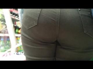 Big ass milfs in shop (Парня заманила стоящая в очереди мамка большой попой в плотных джинсах)