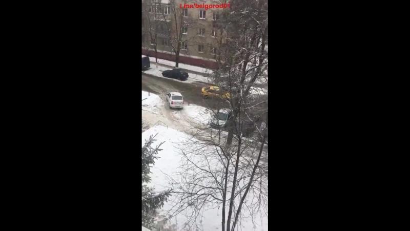 Из-за ДТП на ул. Некрасова люди обьезжают по тротуару. 8 февраля 2018г.
