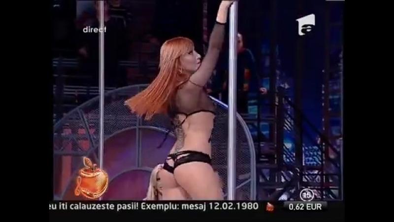 Natasha dansează sexy şi provocator, la bară!