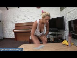 Мамка блондинка наводит порядок дома в непристойном виде не стыдясь сынка