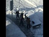 Коммунальщики выкапывают машину