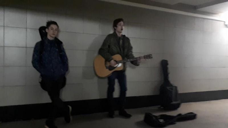 Безработные поют песни в переходе