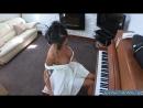Шикарная пьяная мамка решила поиграть на пианино и не заметила что она почти голая
