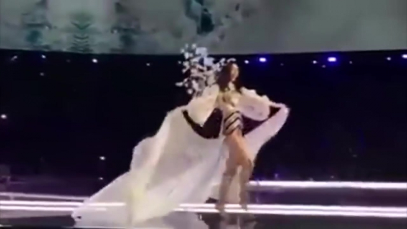 Падение ангела Ming Xi falls on Victorias Secret Fashion Show 2017 at Shanghai