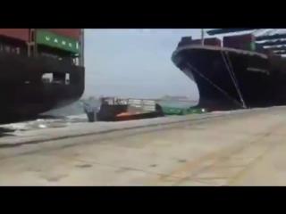 В порту Карачи столкнулись два контейнеровоза и более 50 контейнеров оказались в море.