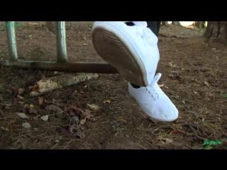 Американочка Никки в плотных колготках показывает свои найки для занятия чирлидингом, левисы и кроссовки от Charlotte Russe.