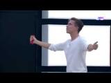 Raoul bailando mientras canta