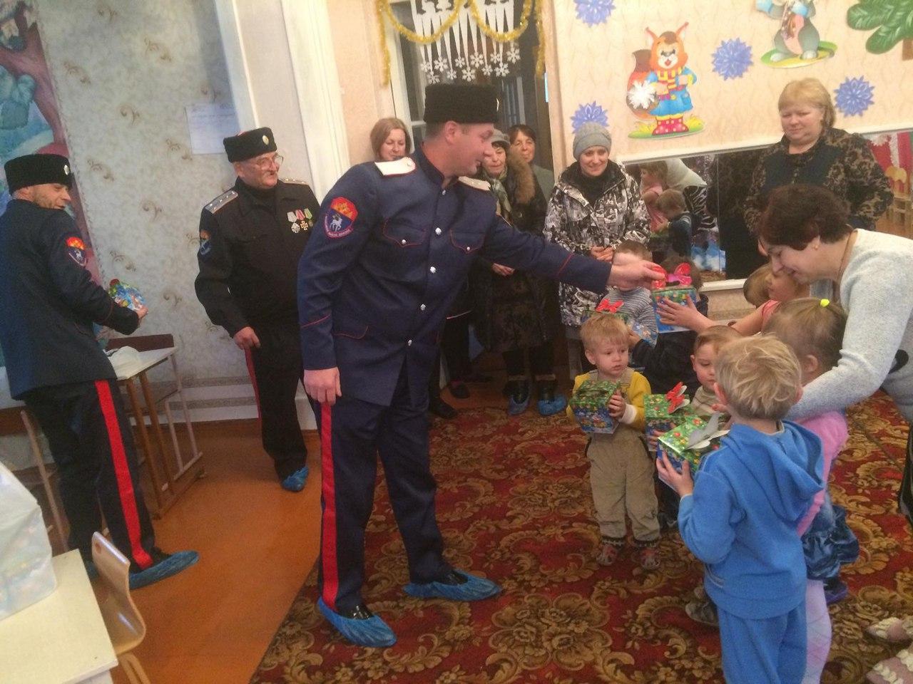 Казаки Кировска Луганского округа ВВД привезли новогодние подарки детям поселкового детсада