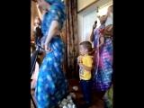 Первый спектакль, поставленный детьми-Радхикой (она в роли Кришны)
