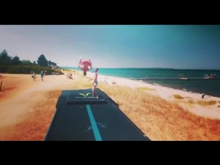 акробатика на дорожке на пляже