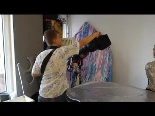 Ученик детской фотошколы снимает работу ученицы курса визажа Веры Дыевой