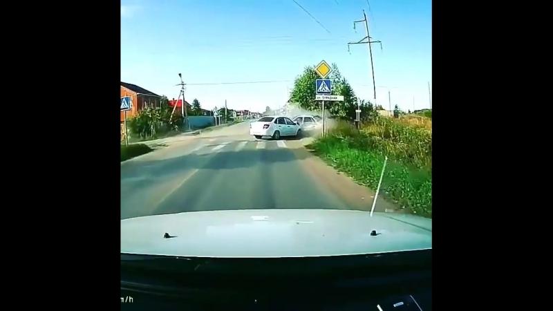 Лихой водитель пролетел перекресток. Вместо того, чтобы помочь тем кого угрохал, пошел рассматривать свою машину.