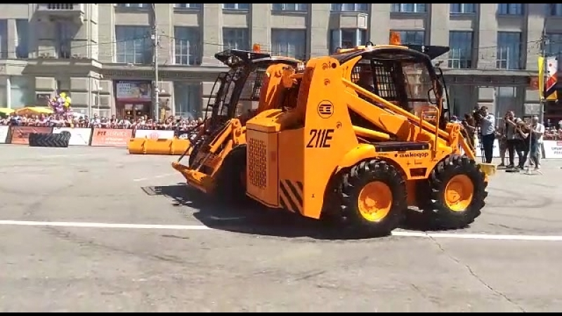 Танец тракторов на День города в Новосибирске