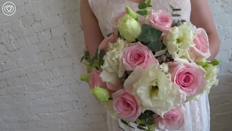 Свадебный букет из розовых роз, брунии и лизиантуса