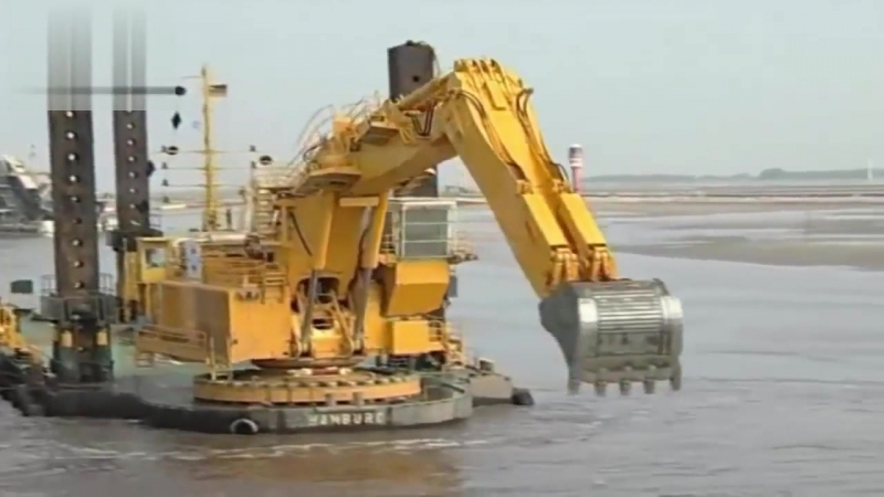 Сборка и Работа этой техники захватывает дух Large excavator for deepening the bottom