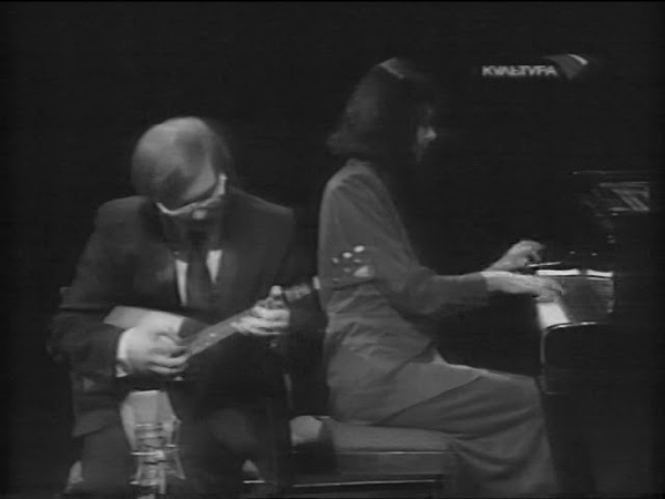 Андрей Горбачёв и Александр Марчаковский шпарят на балалайках.