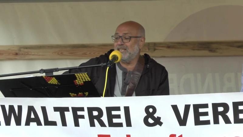 Ernst Cran singt die Pegida-Hymne und die Antifa-Hymne