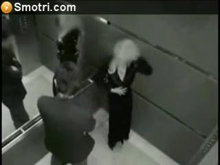 Дрочит скрытая камера в лифтах фото актеры ходят