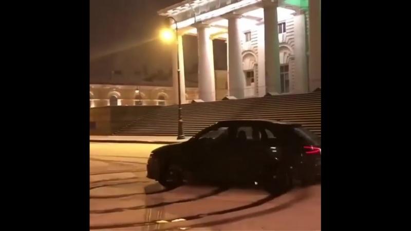 Дрифт-шоу на Audi у Биржи в Питере устроил 20-летний мажор из Красноярского края. Теперь придется заплатить 5 тысяч рублей штраф