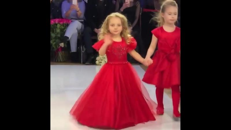 Дочь Татьяны Навки и Дмитрия Пскова на показе одежды от Галины Юдашкиной.