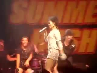 Rihanna - Pon De Replay (live at Z103.5 Summer Rush 2007)