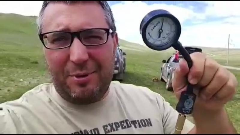 Сергей Лысенко спускает шины манометром BERKUT