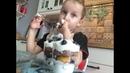 Трайфл (десерт в стаканчике) с голубикой и клубникой. Дети готовят еду сами.
