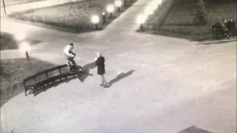 Подросток отрывает голову памятнику