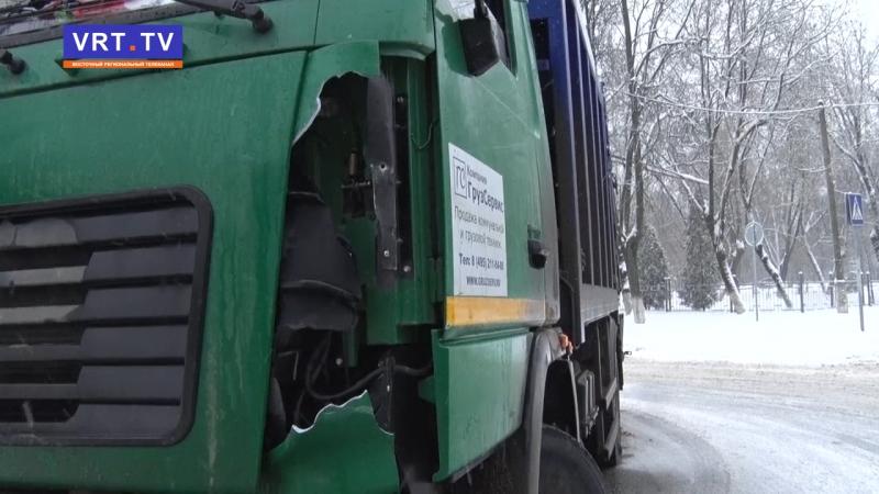 1 ДТП, 3 участника. Скользкая дорога не позволила вовремя остановиться мусоровозу.