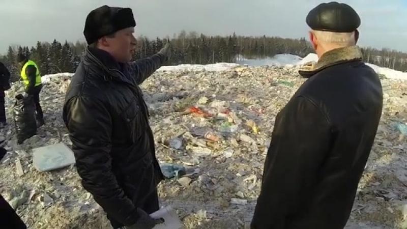 Советник главы округа по экологии Л.Урман и председатель общественной палаты РГО Г.Иванченко инспектируют полигон Аннино