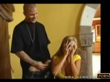 Arkadaşının sarışın ablasını sikiyor . - - 10 dakikalık Videonun devamına linkten ulaşabil