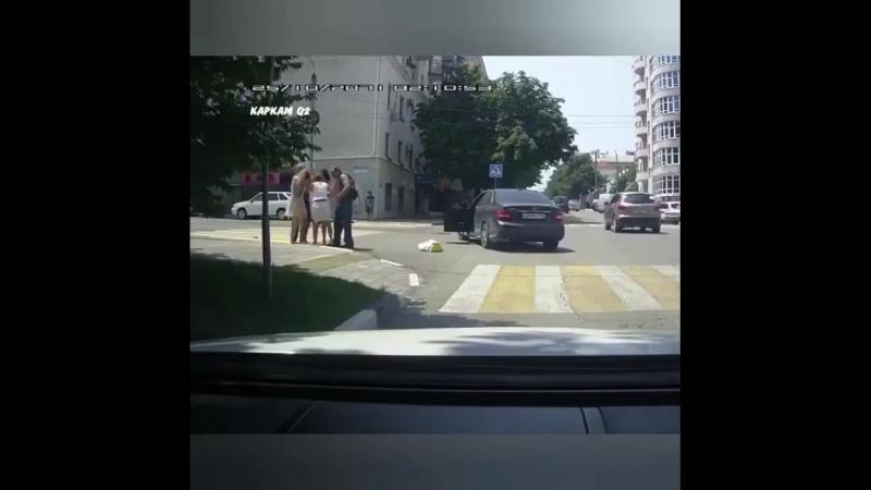 Новороссийске на дороге подрались: Девушка - пешеход VS Девушка - водитель Девушка