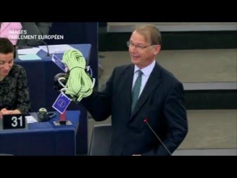 Un eurodéputé belge offre une corde à Emmanuel Macron au Parlement Européen