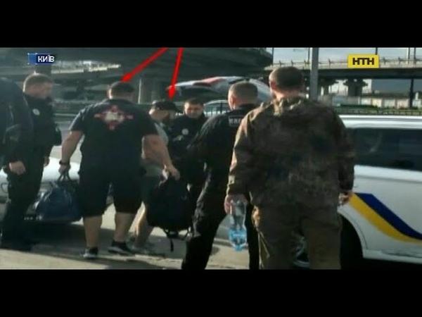 У Києві троє чоловіків зі зброєю захопили в заручники мікроавтобуса з людьми