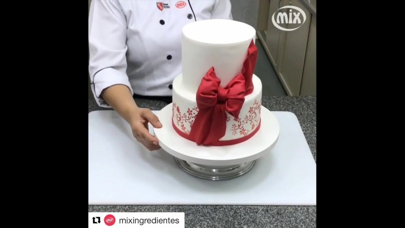 Как украсить торт бантом из мастики.