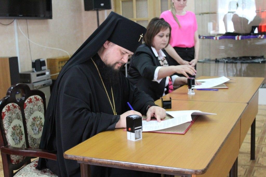 Биробиджанская епархия и госархив заключили соглашение о и сотрудничестве.