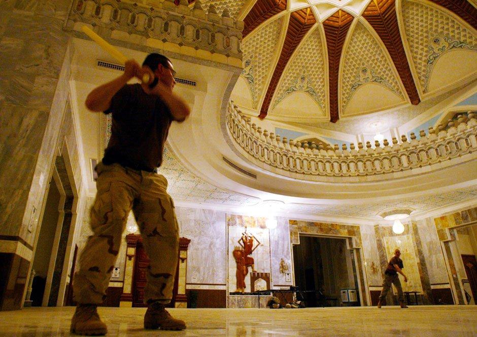 Лейтенант США Джереми Шейлс играет в бейсбол внутри одного из дворцов Саддама Хусейна