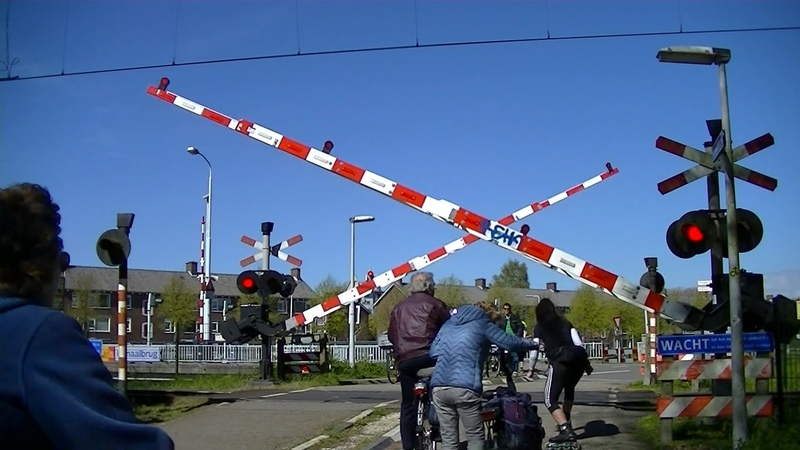 Spoorwegovergang Leiden Dutch railroad crossing