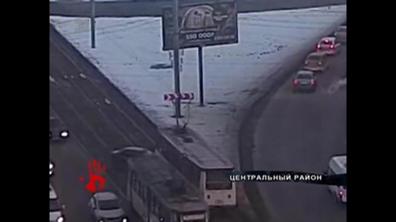 Лихой маневр водителя иномарки привлел к лобовому столкновению с трамваем.