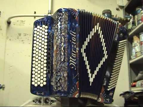 Een automatisch spelende Decap Herentals accordeon speelt van alles en nogwat