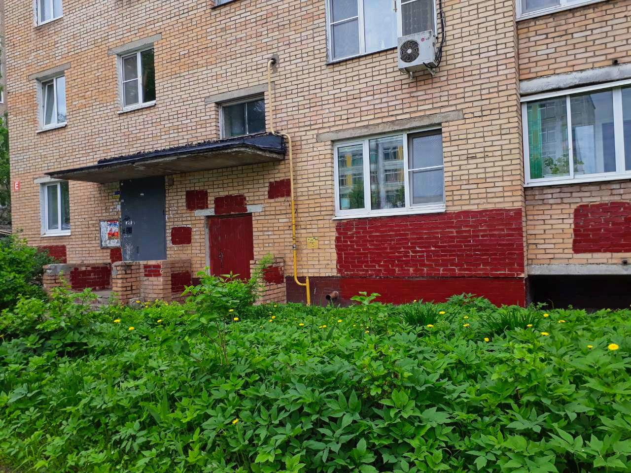 Закрашиваем граффити на фасадах жилых домов