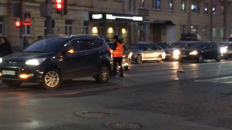 Авария Ford vs ВАЗ 22.10.2018 возле Гостиного двора в Туле.