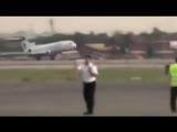 У самолета, идущего на посадку, не раскрылось переднее шасси. А пилот сделал нев