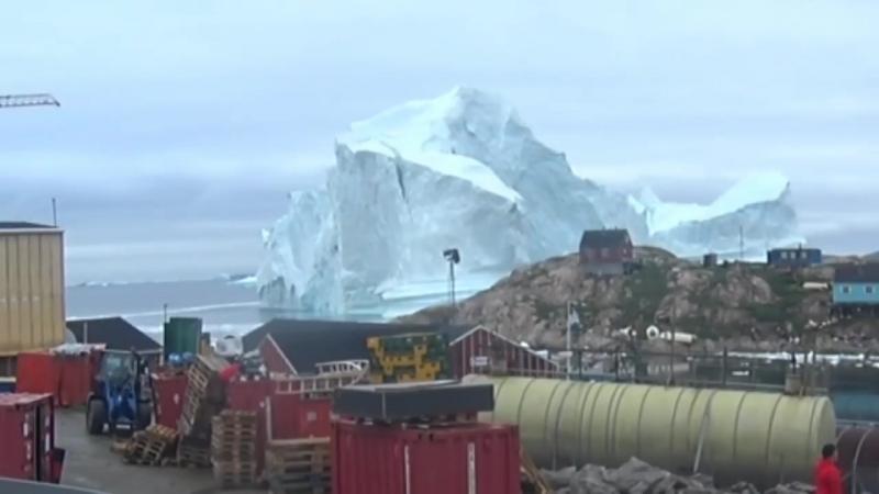 К берегам Гренландии придрейфовал огромный айсберг