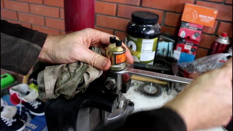Течь масла с датчика давления масла Land Rover Defender Ленд Ровер Дефендер 2005 года