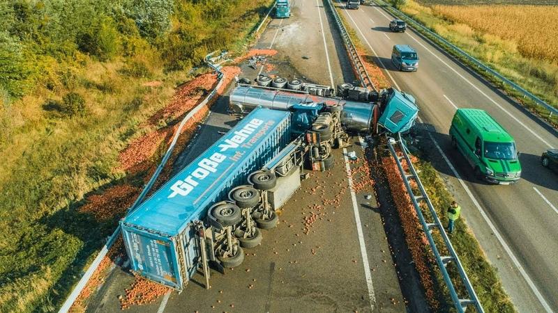 Под Киевом в пролежавшую два дня на дороге фуру влетел тягач с молоком