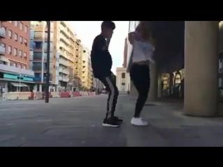 Парень и девушка танцуют шафл....360